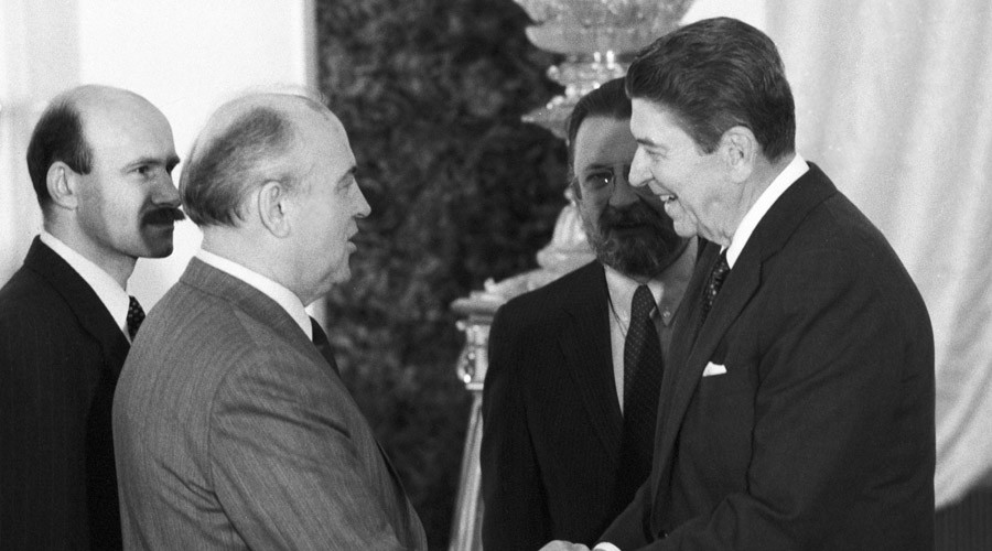 Mikhail Gorbachev, foreground left, holding a final meeting with US President Ronald Reagan at the Grand Kremlin Palace's Yekaterininsky Hall during Reagan's official visit to the USSR. © Yuryi Abramochkin