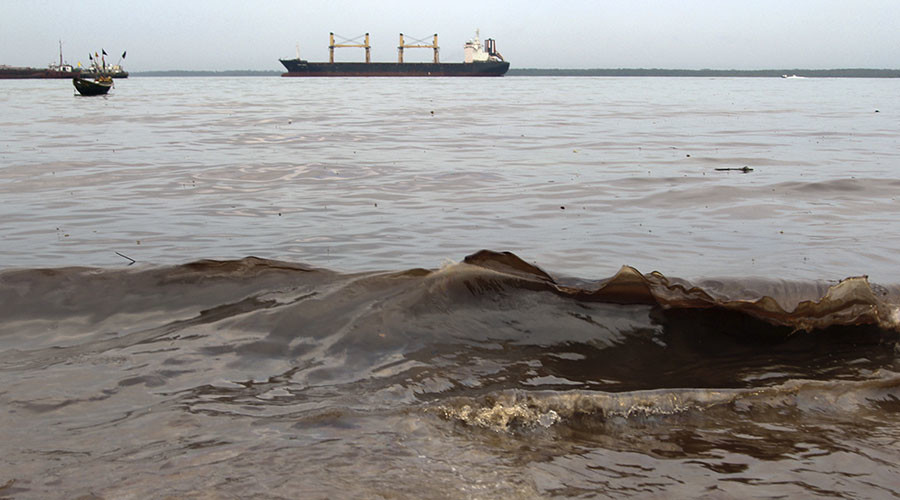 Crude oil washes up near the shore after a Shell pipeline leaked, in the Oloma community in Nigeria's delta region November 27, 2014. © Tife Owolabi