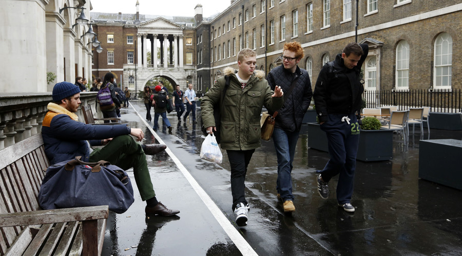 Students walk through a campus of Kings College in London. © Olivia Harris