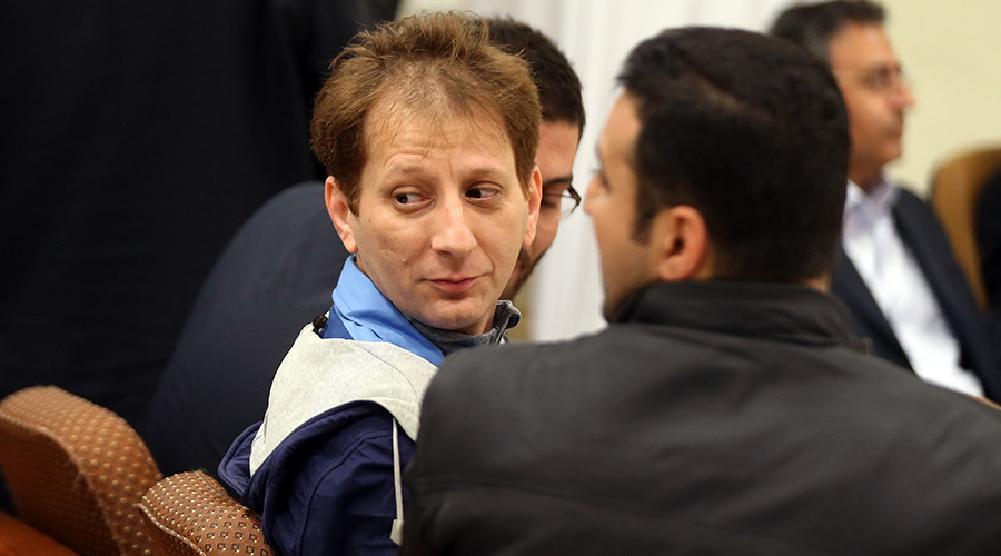 A picture made available on March 6, 2016 shows Iran's billionaire tycoon Babak Zanjani (C) in a court, in Tehran © Meghdad Madadi