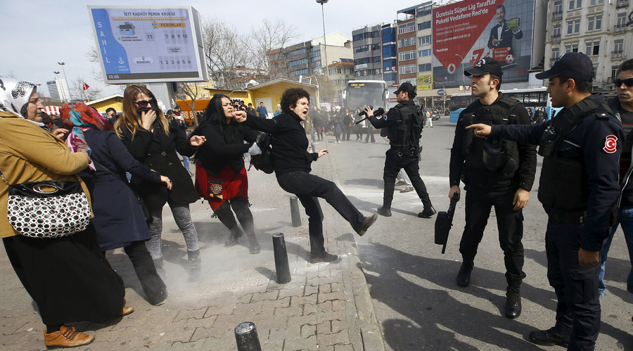 Turkish police break up women's protest with rubber bullets