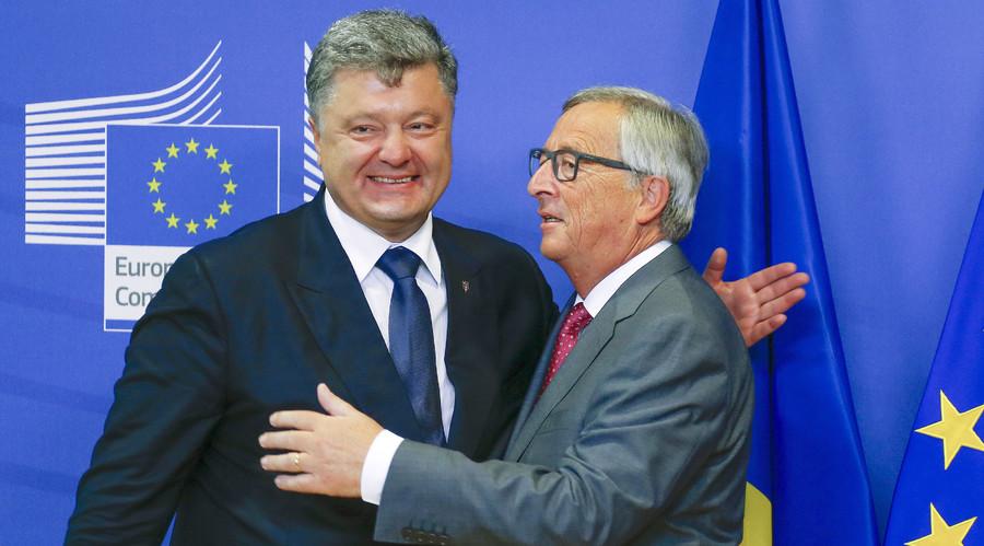Ukraine's President Petro Poroshenko (L) is welcomed by European Commission President Jean-Claude Juncker. © Yves Herman