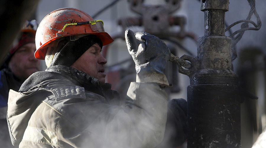 Rosneft employee works on a drilling rig ©Sergei Karpukhin