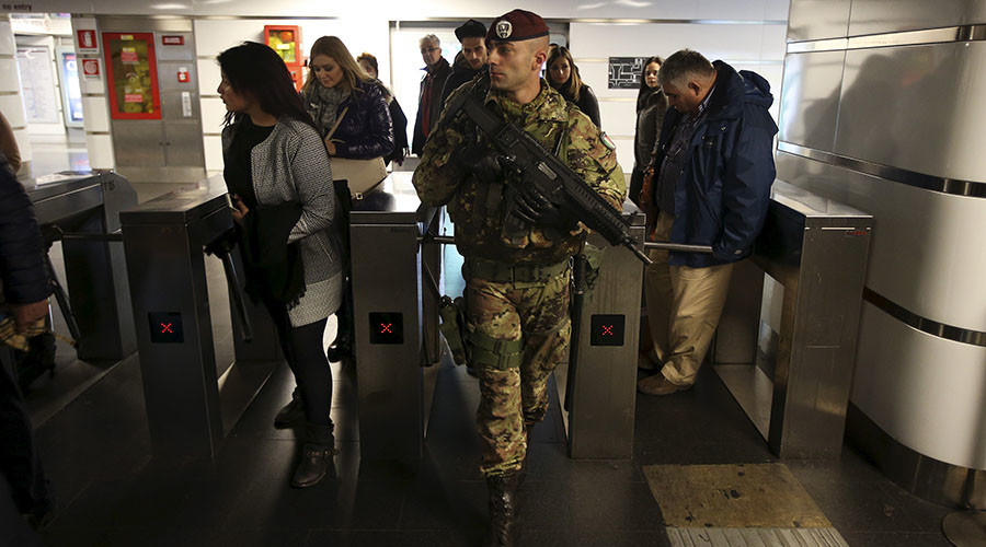 An Italian Army soldier patrols at the Termini train station in downtown Rome. © Alessandro Bianchi
