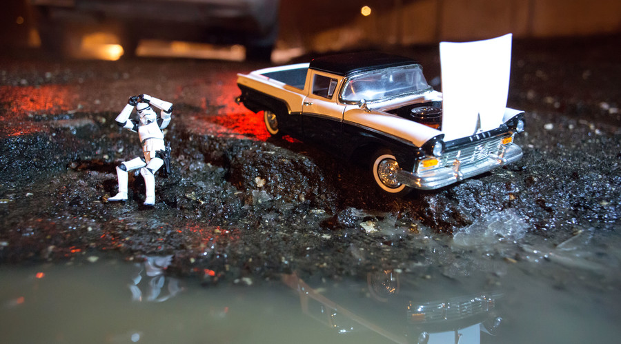 Stormtroopers & soldiers attack Russian puddles: Artists use toys to call for road repair (PHOTOS)