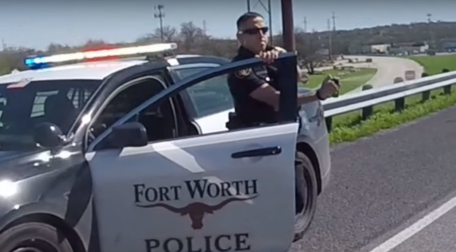 Texas cop 'pepper sprays' passing bikers on highway (VIDEO)