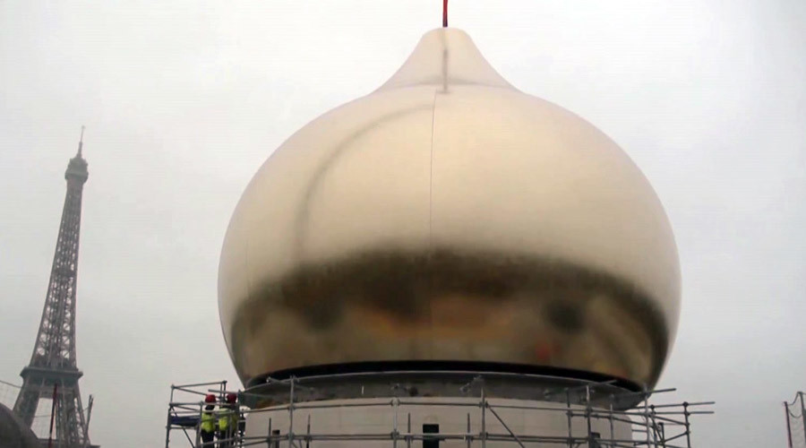 Huge golden dome rises over Paris skyline to crown Russian cathedral (VIDEO)