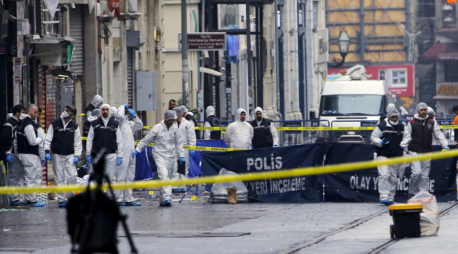 Police forensic experts inspect the area after a suicide bombing in a major shopping and tourist district in central Istanbul, Turkey March 19, 2016. © Huseyin Aldemir