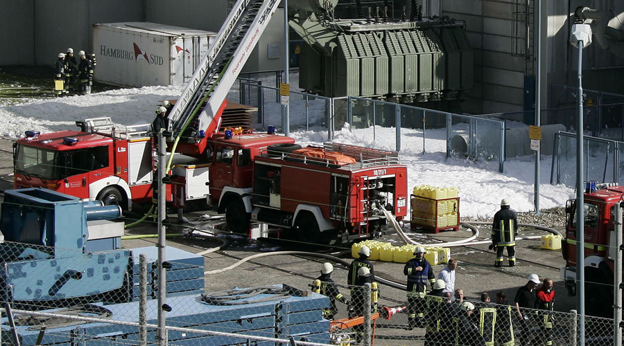 Smoke pours out of Hamburg chemical warehouse as hundreds of liters of sulfuric & nitric acid mix