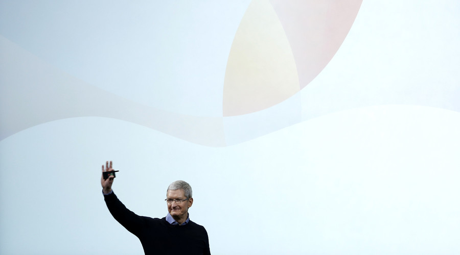 Apple CEO Tim Cook waves goodbye after an event at the Apple headquarters in Cupertino, California March 21, 2016. © Stephen Lam