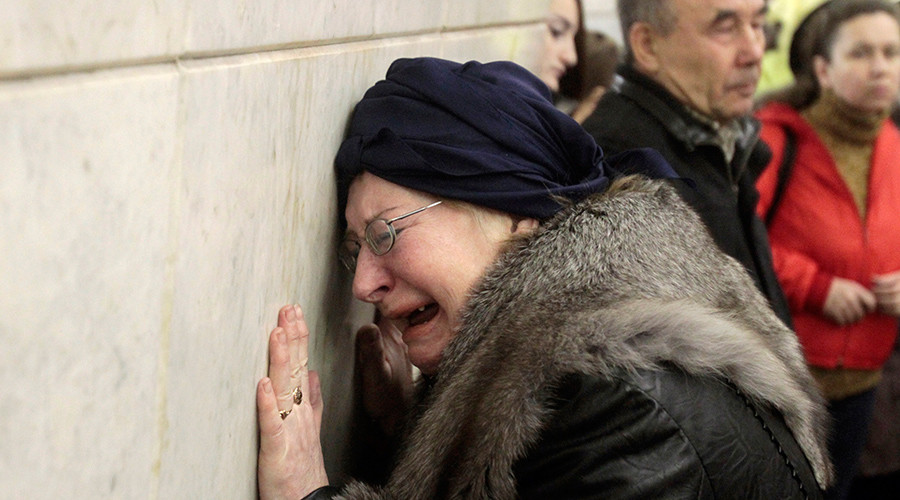 A woman cries at Lubyanka metro station in Moscow March 30, 2010 © Alexander Natruski