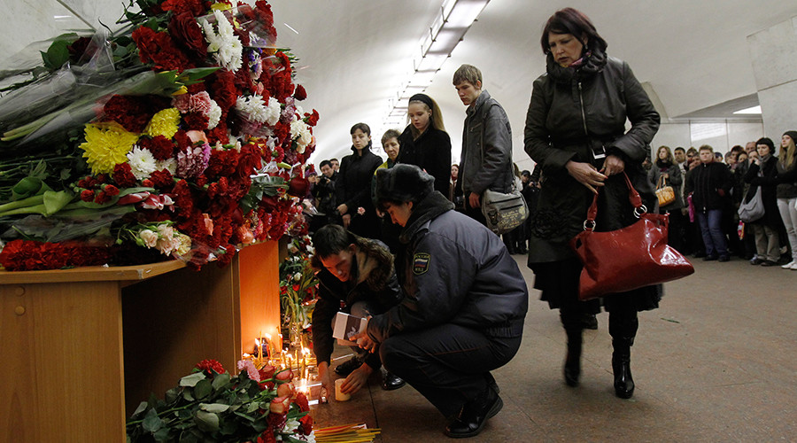 People mourn the victims of a bomb explosion at Lubyanka metro station in Moscow March 31, 2010 © Stringer