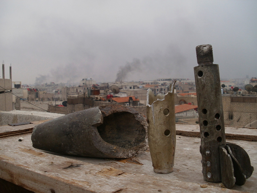 Smoke rises from the suburb of Erbeen in Damascus, January 29, 2012 © HO