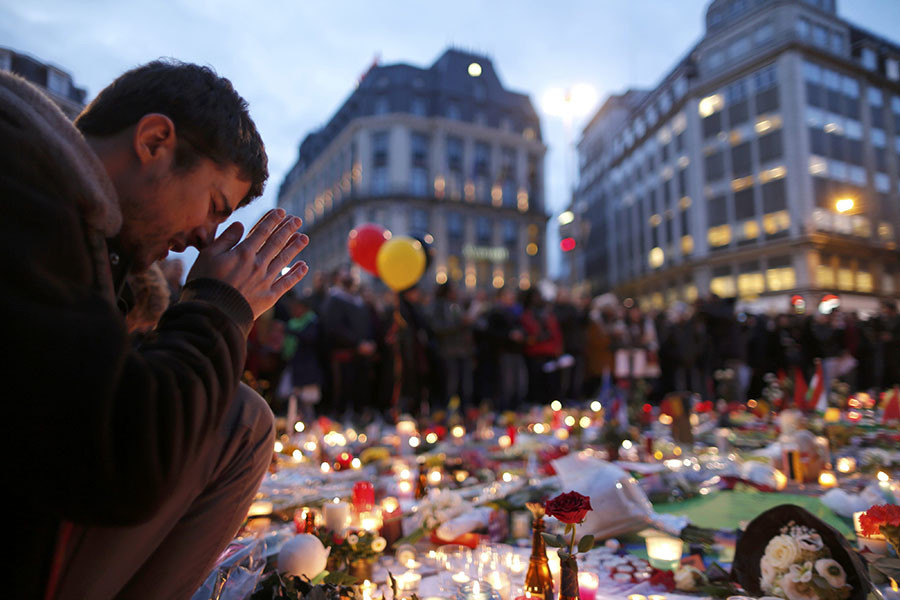 A man attends a memorial gathering near the old stock exchange in Brussels following Tuesday's bomb attacks in Brussels, Belgium, March 23, 2016. © Christian Hartmann