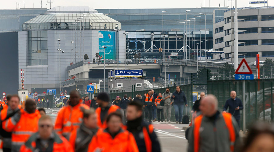 People leave the scene of explosions at Zaventem airport near Brussels, Belgium, March 22, 2016. © Francois Lenoir