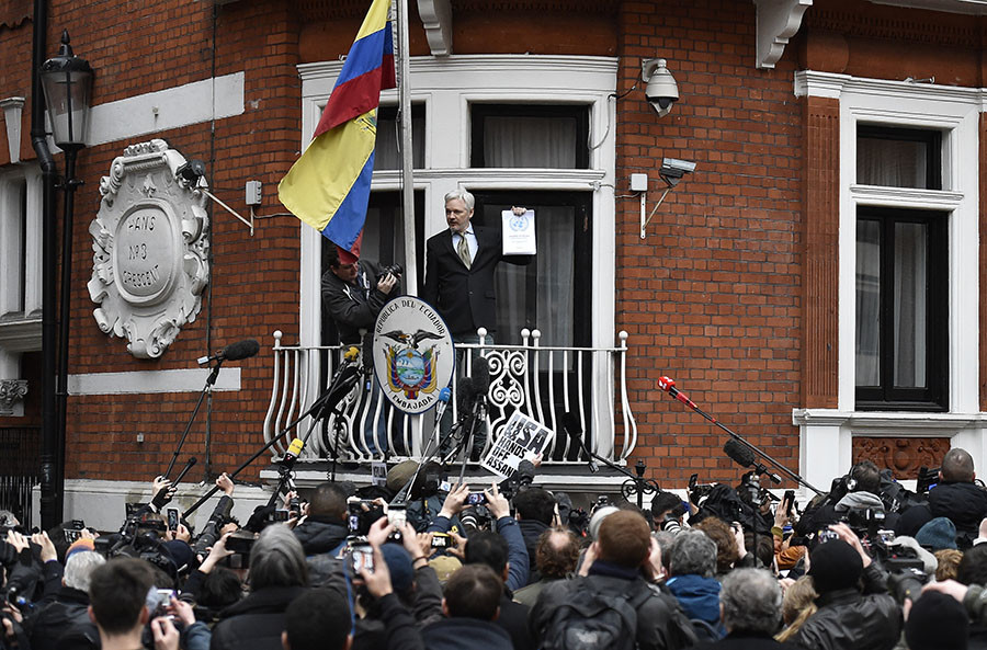 WikiLeaks founder Julian Assange holds a copy of a U.N. ruling as he makes a speech from the balcony of the Ecuadorian Embassy, in central London, Britain February 5, 2016. ©Toby Melville