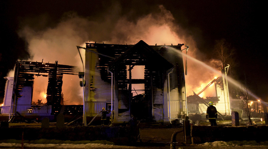 Finnish church burns to ground, worshipers go ahead with Easter service on ashes (VIDEO)