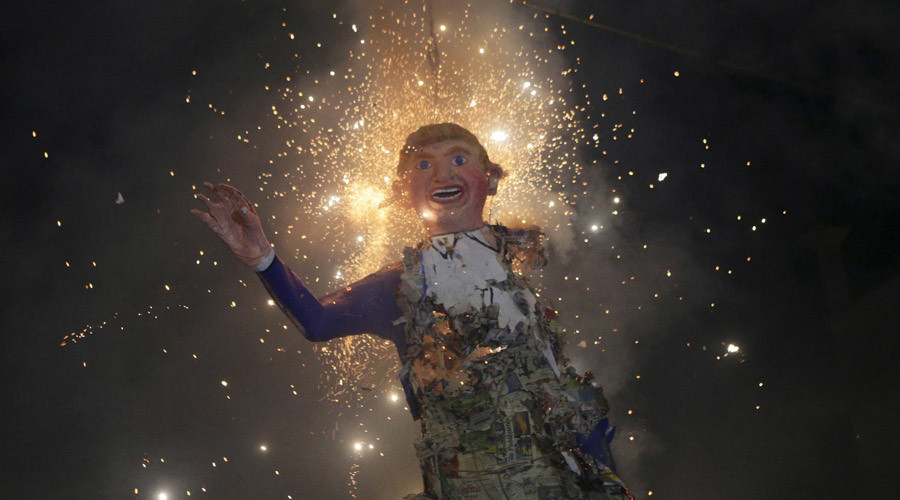 Mexicans celebrating an Easter ritual late on Saturday burn an effigy of U.S. Republican presidential hopeful Donald Trump in Mexico City's poor La Merced neighborhood March 26, 2016. © Henry Romero