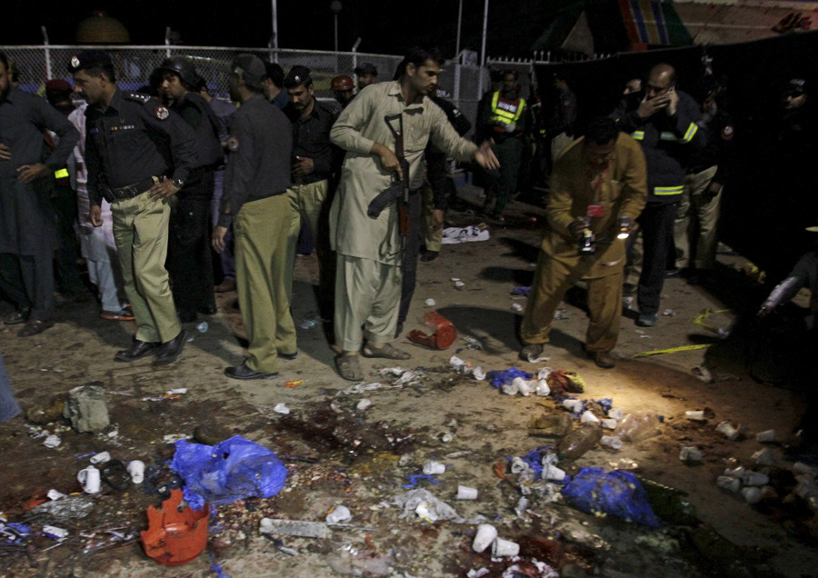ecurity officials gather at the site of a blast outside a public park in Lahore, Pakistan, March 27, 2016. © Mohsin Raza