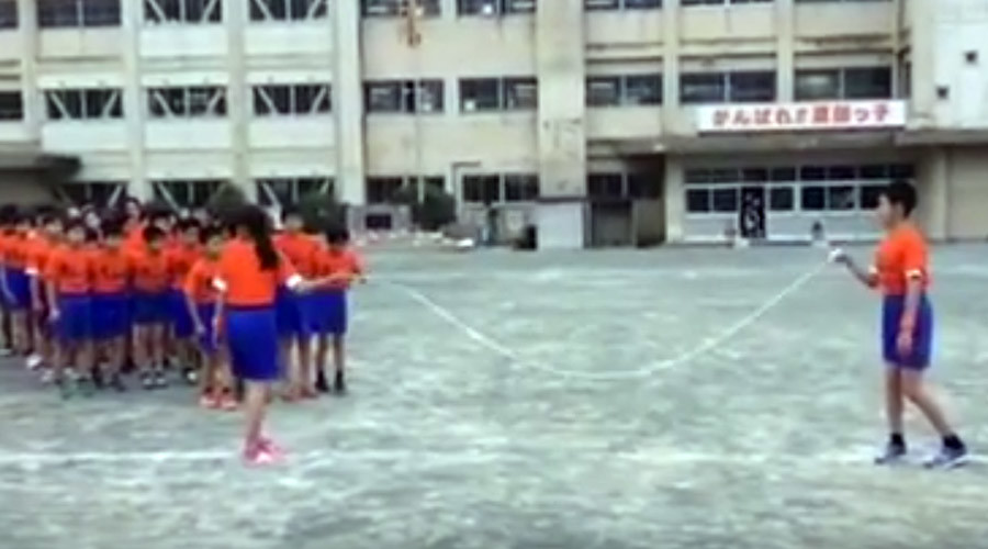 Jump rope geniuses: Japanese students skip with military precision (VIDEO)