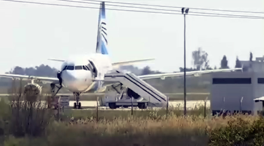 Daring escape: EgyptAir crew member slides through cockpit window to escape hijacked plane (VIDEO)