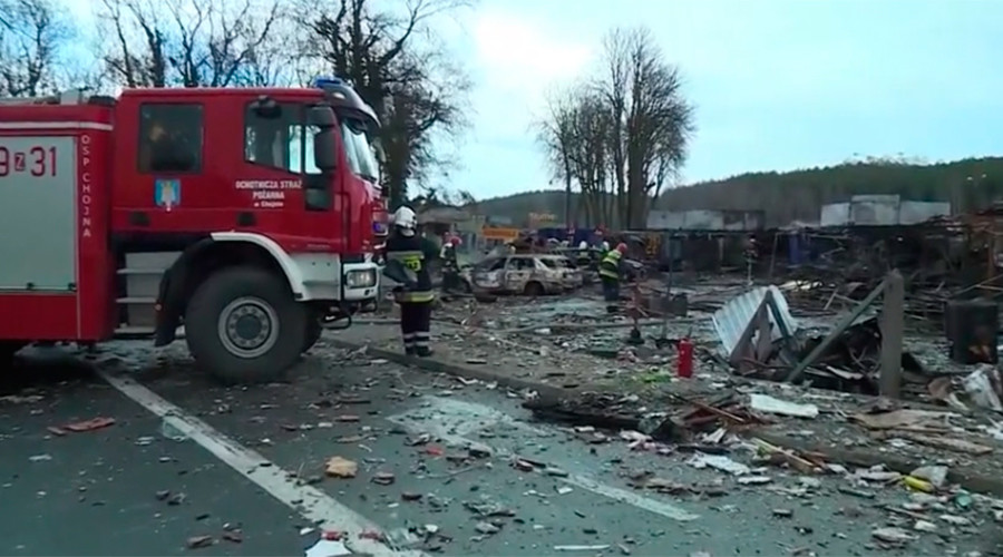 Huge blaze razes fireworks market to ground, injures 8 (VIDEO)