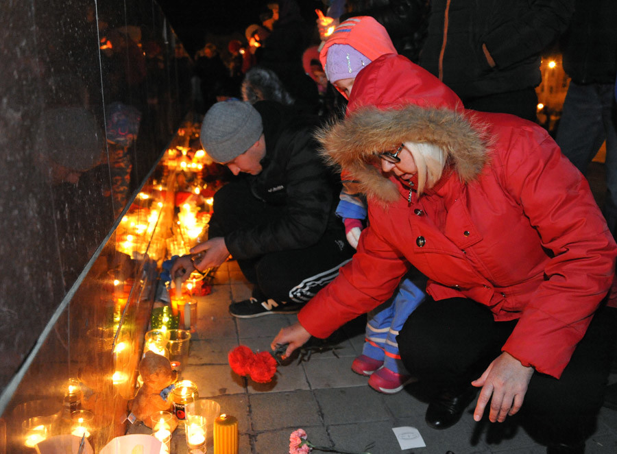 Chita residents on the Lenin Square lay flowers and light candles during the action honoring memory of A321 crash victims. © Evgeny Yepanchintsev
