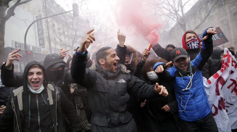 French highschool and university students attend a demonstration against the French labour law proposal in Paris, France, as part of a nationwide labor reform protests and strikes, March 31, 2016. © Christian Hartmann