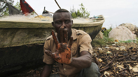 A fisherman shows oil slick on his palm, by the shore of the Niger Delta region in Brass December 2, 2013. © Reuters