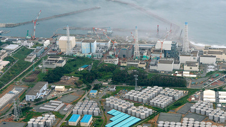 An aerial view shows Tokyo Electric Power Co. (TEPCO)'s tsunami-crippled Fukushima Daiichi nuclear power plant and its contaminated water storage tanks (bottom) in Fukushima, in this photo taken by Kyodo August 20, 2013 © Kyodo