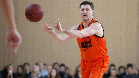 Russia's Energy Minister Alexander Novak makes a throw during the basketball match between graduates and students of the Moscow State University in Moscow. © Maxim Zmeyev