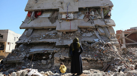A woman looks at a building, which was damaged during the security operations and clashes between Turkish security forces and Kurdish militants, in the southeastern town of Cizre in Sirnak province, Turkey March 2, 2016 © Sertac Kayar