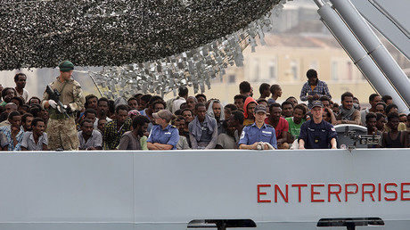 Migrants arrive on the British vessel HMS Enterprise © Antonio Parrinello