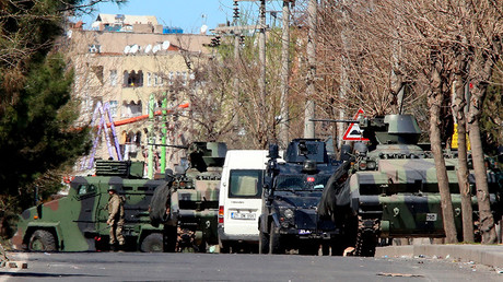 Military and police armored vehicles are parked in Baglar district, which is partially under curfew, in the Kurdish-dominated southeastern city of Diyarbakir, Turkey March 17, 2016 © Sertac Kayar