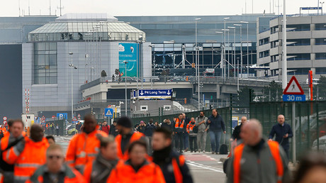 People leave the scene of explosions at Zaventem airport near Brussels, Belgium, March 22, 2016 © Francois Lenoir