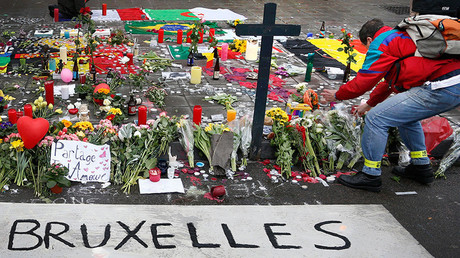 A man places flowers on a street memorial following Tuesday's bomb attacks in Brussels, Belgium, March 23, 2016 © Francois Lenoir