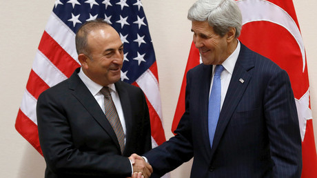 Turkish Foreign Minister Mevlut Cavusoglu (L) meets with U.S. Secretary of State John Kerry © Jonathan Ernst