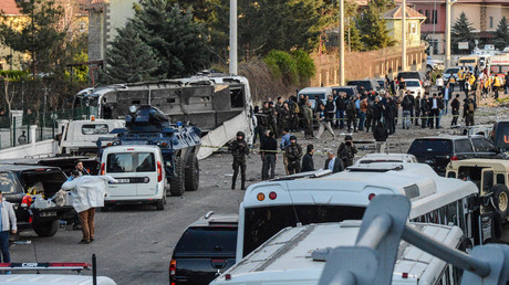 Turkish special force police officers walk at the site of a bomb attack in Diyarbakir, southeastern Turkey, on March 31, 2016.  © Ilyas Akengin