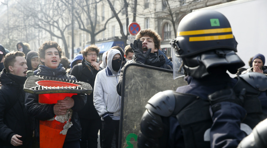 Scuffles & tear gas: Protesters clash with police during anti-labor reform rally in Paris (PHOTOS)