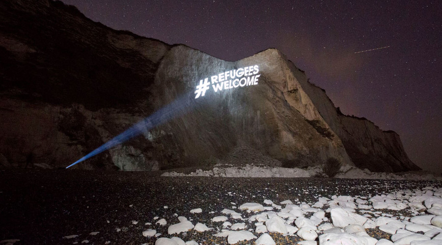 #RefugeesWelcome beamed onto White Cliffs of Dover ahead of far-right demo