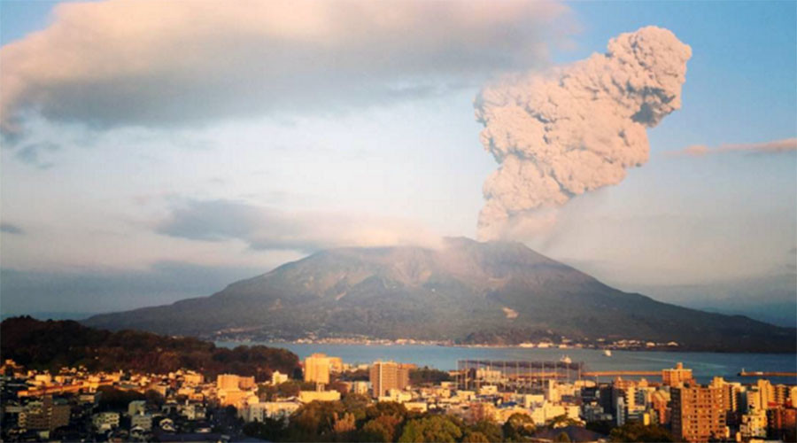 Big ash cloud hits 15,000ft after Sakurajima volcano eruption (PHOTOS)