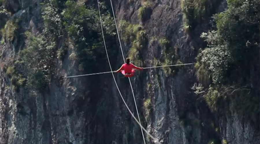 Crazy acrobats race across tightrope over 1,200m canyon (VIDEO)