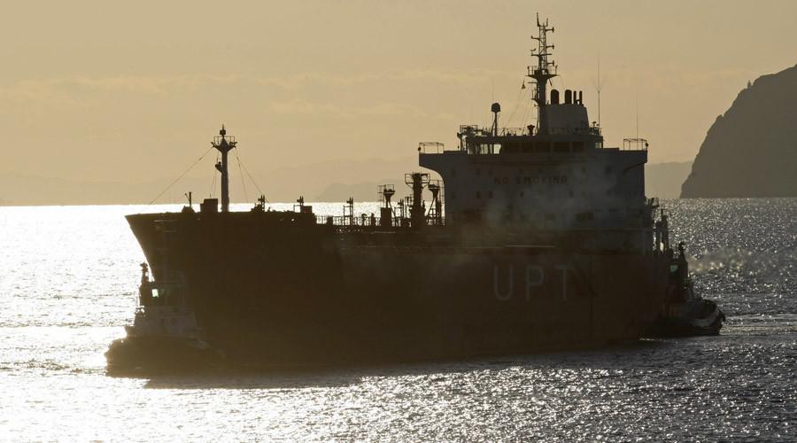 An oil tanker © Francisco Bonilla