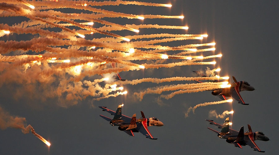 Fighter jet aerobatics by legendary Russian Knights will blow your mind (VIDEO)