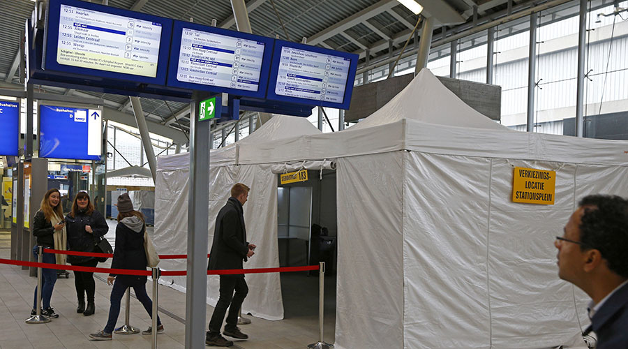 People cast their vote for the consultative referendum on the association between Ukraine and the European Union in a makeshift polling booth at the Central train station in Utrecht, the Netherlands, April 6, 2016. ©Michael Kooren