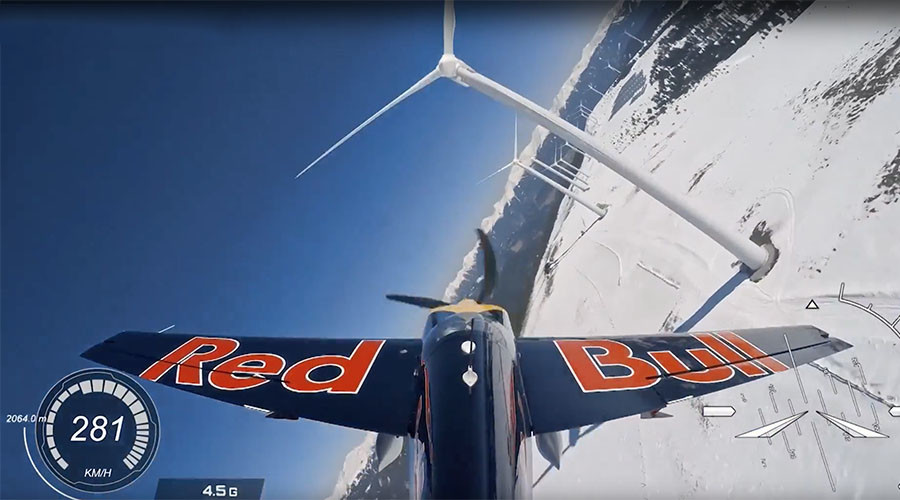 Slalom flying: Pilot zigzags through Alpine wind farm at 300 kph (VIDEOS)