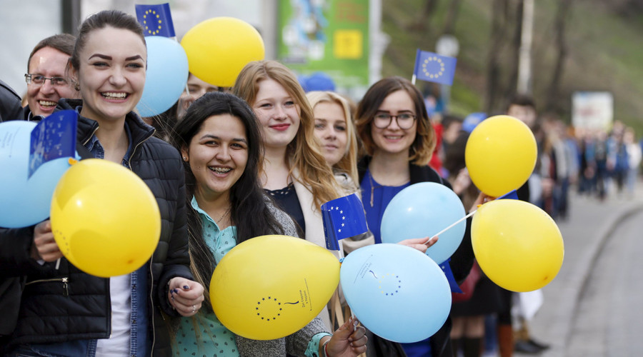 Students attend a flash mob to support a European treaty deepening ties with Ukraine on the eve of a referendum held in the Netherlands. © Valentyn Ogirenko