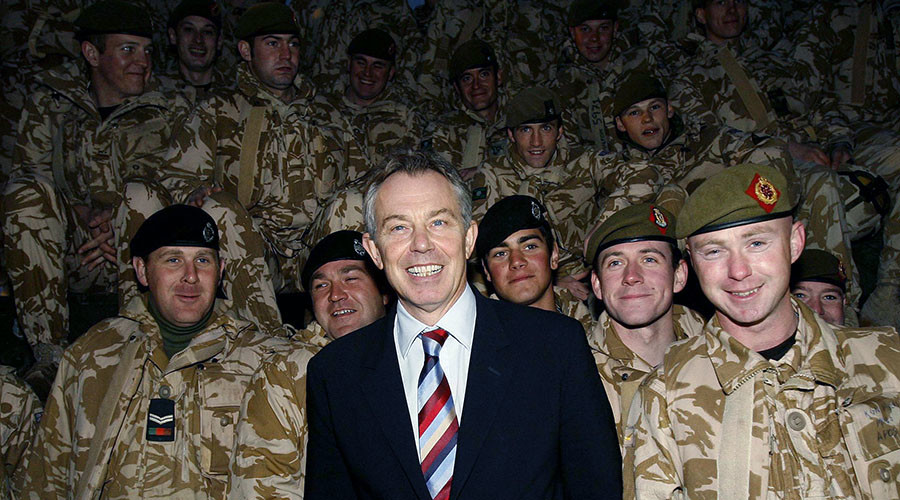 Britain's Prime Minister Tony Blair poses with troops in Basra December 17, 2006. © Eddie Keogh