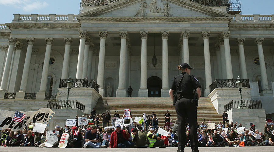 Democracy Spring protesters participate in a sit-in at the U.S. Capitol to protest big money in politics, April 11, 2016 in Washington, DC. © Mark Wilson / Getty Images / AFP