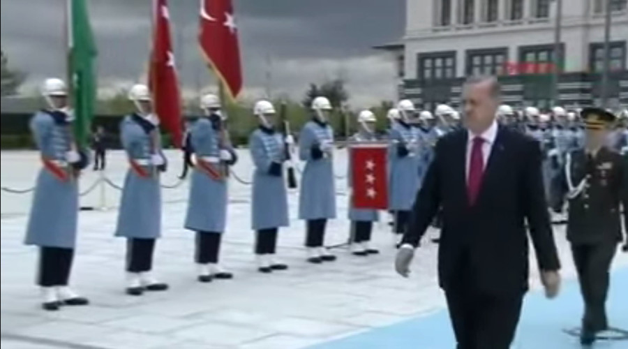 Erdogan greets Saudi King with Russian military march (VIDEO)